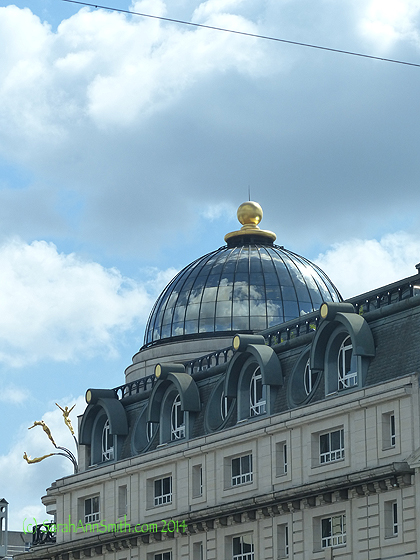 Look at that utterly amazing sculpture up near the dome, a woman diving...way cool!